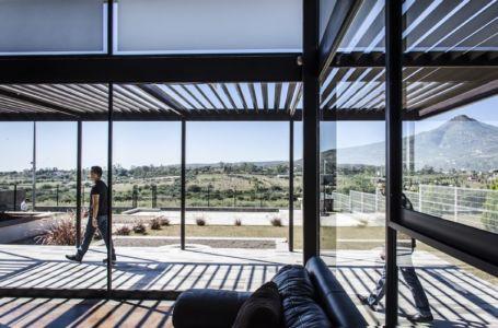 salon et terrasse - La Tomatina House par Plastik Arquitectos - Aguascalientes, Mexique