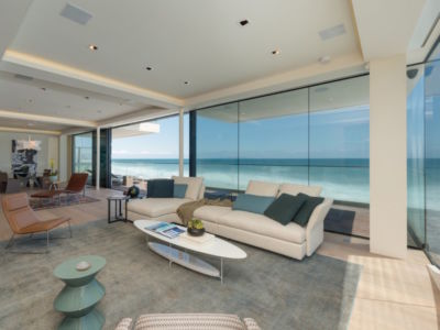 salon et vue sur plage - villa contemporaine à Malibu, Usa