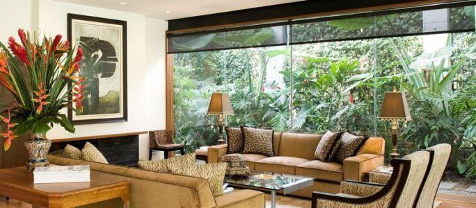 salon & grande baie vitrée - House-H par Jaime Ortiz Zevallos - Lima, Pérou