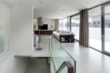 salon & grande baie vitrée - Watervilla par +31ARCHITECTS - Amsterdam, Pays-Bas