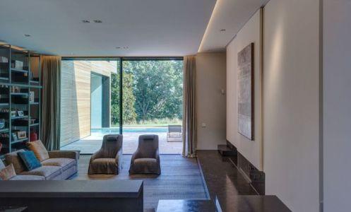 salon & grande baie vitrée - Wood-House par Marco Carini - Como, Italie