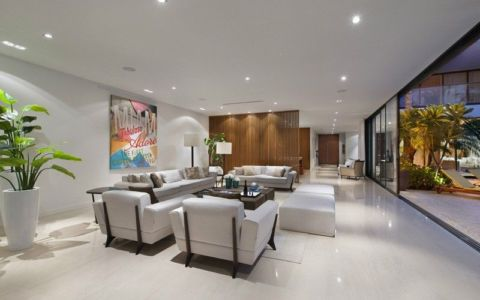 salon & grande baie vitrée coulissante - Miami Beach Home par Luis Bosch - Miami Beach, USA