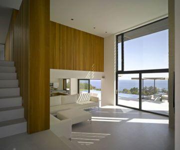 salon & grande baie vitrée entrée - Villa-Brash par Jak Studio - Saint-Tropez, France