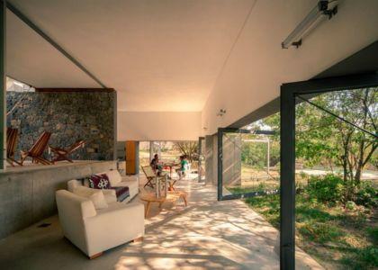 salon & grande baie vitrée - Casa-Meztitla par EDAA - Tepoztlan, Mexique