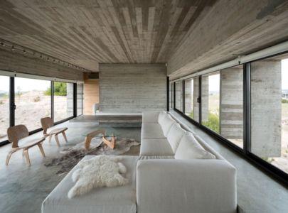 salon & grandes baies vitrées - House-three-forms par Luciano Kruk - Buenos Aires, Argentine