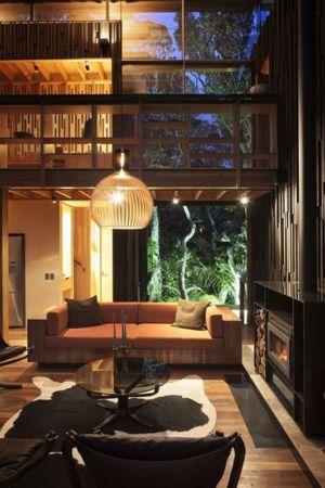 salon & lustre nuit - Under Pohutukawa par Herbst Architects - Piha, Nouvelle-Zélande