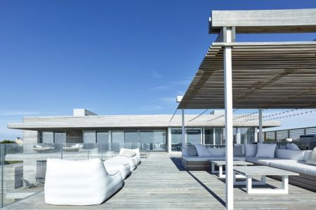 salon toiture terrasse - Ocean Deck House par Stelle Lomont Rouhani Architects - Bridgehampton, USA
