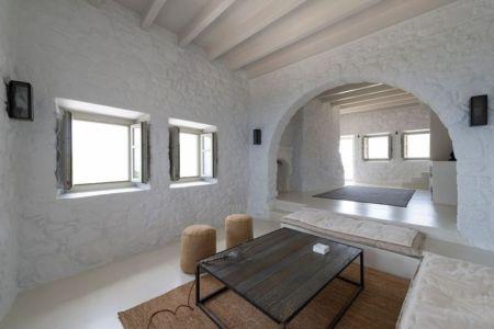 salon & petites fenêtres vitrées - Sterna Nisyros par  Giorgos Tsironis - Nisyros en Grèce