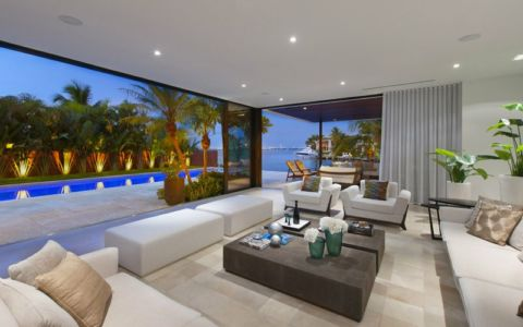 salon secondaire & baie vitrée coulissante - Miami Beach Home par Luis Bosch - Miami Beach, USA