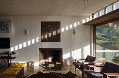 salon secondaire & cheminée - Dom-Vicoso-House par Brasil Arquitetura - Dom Viçoso, Bresil