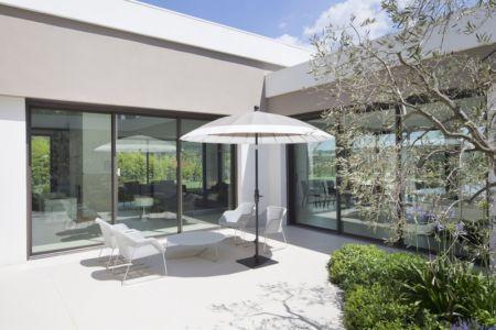 salon terrasse - Villa Sainte-Victoire par Henri Paret Architecte avec Kawneer - Aix en Provence, France