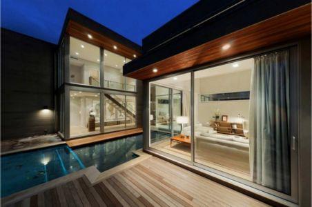 salon terrasse de nuit - Fieldview house par Blaze Makoid Architecture - East Hampton, Usa