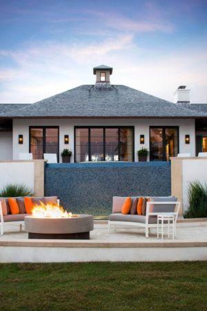 salon terrasse design & cheminée extérieure - villa par Krutz Homes - Floride, USA