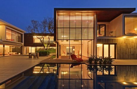 salon terrasse design illuminée & piscine - Three Trees House par DADA & Partners - New Delhi, Inde