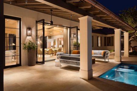 salon terrasse de nuit - villa par Krutz Homes - Floride, USA