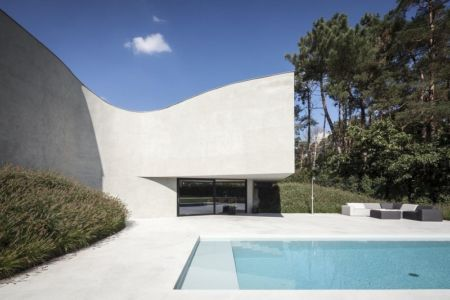 salon terrasse design & piscine - Villa-MQ par Office O architects - Belgique