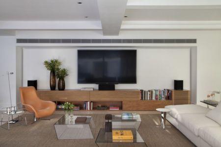 salon tv - Brise House par Gisele Taranto Arquitetura - Rio de Janeiro, Brésil