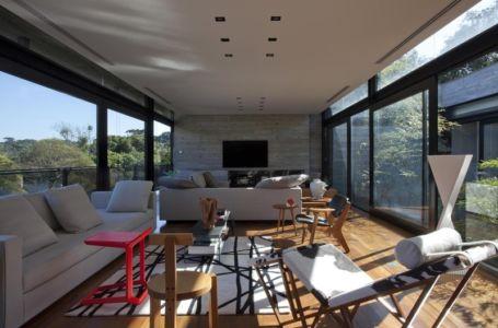 salon tv - LM Residence par Marcos Bertoldi Arquitetos - Campo Comprido, Brésil