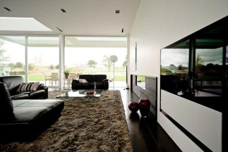 salon tv - maison contemporaine par Luc Spits, Belgique