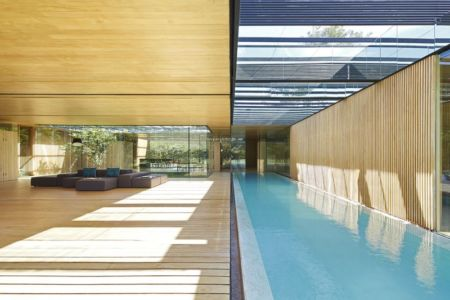 salon & vaste piscine intérieure - inout-house par Joan Puigcorbé - Santa Ana, Costa Rica