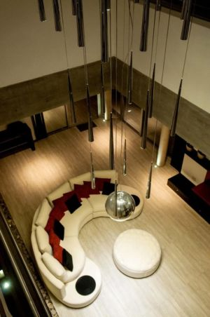 salon vu de l'escalier - Wanka House par Estudio Arquitectura Galera - Cariló, Argentine