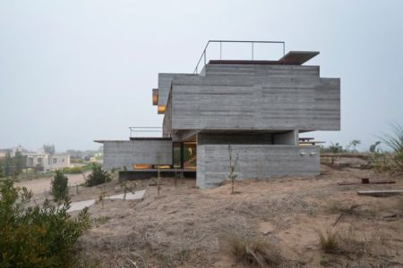 site dune sable - House-three-forms par Luciano Kruk - Buenos Aires, Argentine