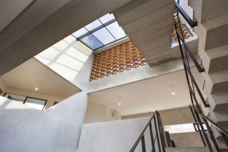 sucessions d'escaliers accès 1er et 2e étage  Maison contemporaine urbaine avec de grands espaces verts en Indonésie