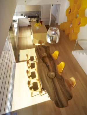 table originale en bois - Norwich Residence par Clive Wilkinson Architects - West Holywod, Usa