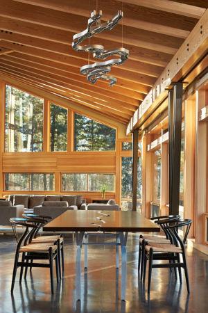 table séjour - Mazama House par FINNE Architects - Methow Valley, Usa