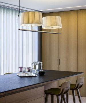 table séjour - Vivienda en Son Vida par Negre Studio & Rambla 9 Arquitectura - Palma de Majorque, Espagne