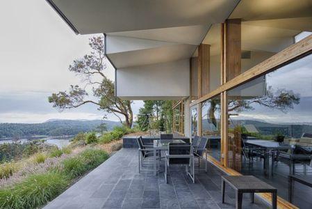 terrasse - Ridge House par Marko Simcic et Brian Broster - Pender Island, Canada