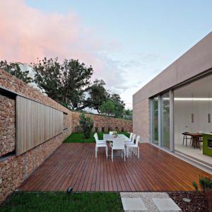 terrasse arrière et mur de rangement - Olive House par LOG-URBIS - Pag, Croatie