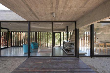 terrasse côté salon - MR House par Luciano Kruk Arquitectos - La Esmeralda, Argentine