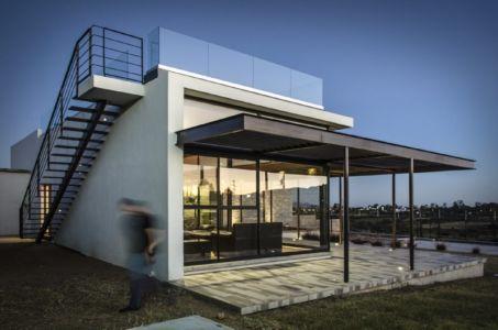 terrasse de nuit - La Tomatina House par Plastik Arquitectos - Aguascalientes, Mexique