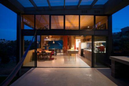 terrasse de nuit - Southern outlet house par Philip M-Dingemanse - Launceston, Australie - photo Jonathan Wherrett