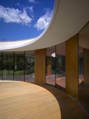 terrasse et baie pliable - maison contemporaine par  Jarousek Rochová Architekti - Republique Tchèque - photo Filip Slapal