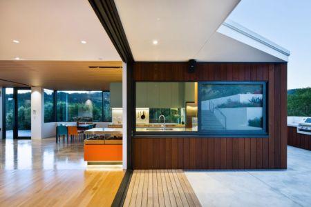 terrasse et cuisine - Korokoro House par Parsonson Architects - Korokoro, Nouvelle Zélande