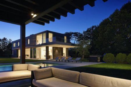 terrasse et façade de nuit - Orchard House par Stelle Lomont Rouhani Architects - Sagaponack, Usa
