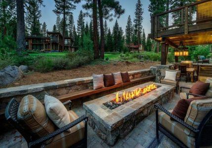 terrasse et feu de pierre - chalet de luxe par Walton Architecture - Martis Camp, Usa
