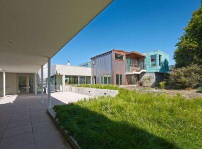 terrasse et partie arrière - In-Out par Wnuk Spurlock Architecture - Stinson Beach, Californie, USA