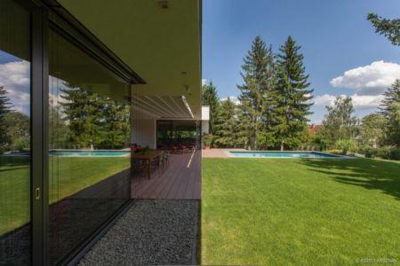 terrasse et pelouse - Reviving Mies par Architéma - Buda Hills, Hongrie