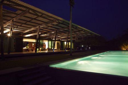 terrasse et piscine de nuit - Bambou pavillion par Koffi Diabat architectes - Assinie-Mafia, Côte d'Ivoire