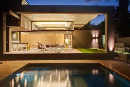 terrasse et piscine de nuit - House Sar par Nico van der Meulen Architects - Johannesbourg, Afrique du Sud