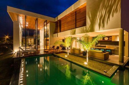 terrasse et piscine de nuit - House in Londrina by Spagnuolo Arquitetura