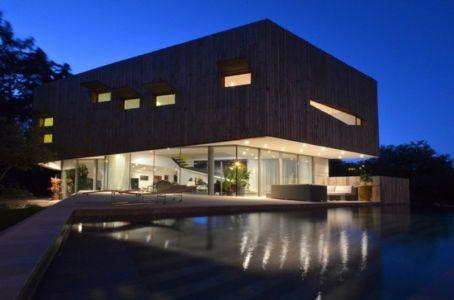 terrasse et piscine de nuit - Maison Spirale par Portal Thomas Teissier Architecture - Catelnau Le Lez, France