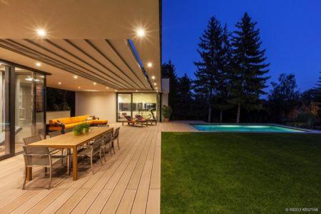 terrasse et piscine de nuit - Reviving Mies par Architéma - Buda Hills, Hongrie