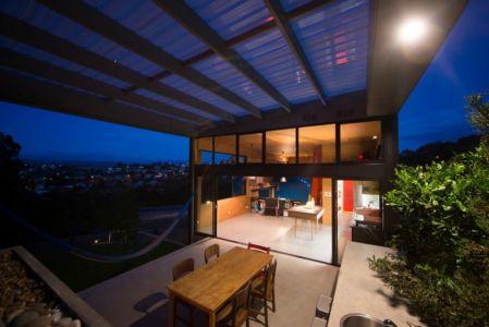 terrasse et vue de nuit - Southern outlet house par Philip M-Dingemanse - Launceston, Australie - photo Jonathan Wherrett