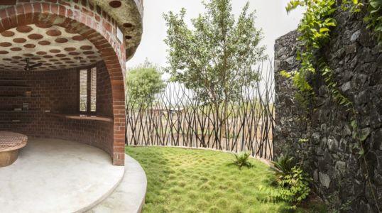 terrasse jardin - Brick House par iStudio architecture - Wada, Inde