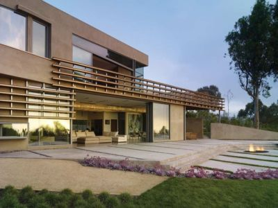 terrasse & pelouse verdoyant - maison pierres par Chesler Construction - Californie, USA