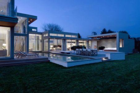 terrasse piscine de nuit - Fieldview house par Blaze Makoid Architecture - East Hampton, Usa